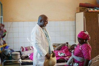 Daktari akizungumza na mmoja wa wagonjwa wa Fistula.