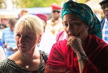 La Ministre suédoise des affaires étrangères, Margot Wallström (à gauche) et la Vice-Secrétaire générale des Nations Unies, Amina Mohammed, lors d'une visite dans un village du nord-ouest du Niger.