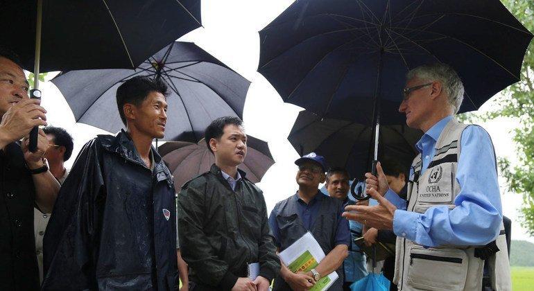 El coordinador de la ayuda humanitaria de la ONU, Mark Lowcock (derecha), visita una granja que recibe ayuda de la FAO en Corea del Norte