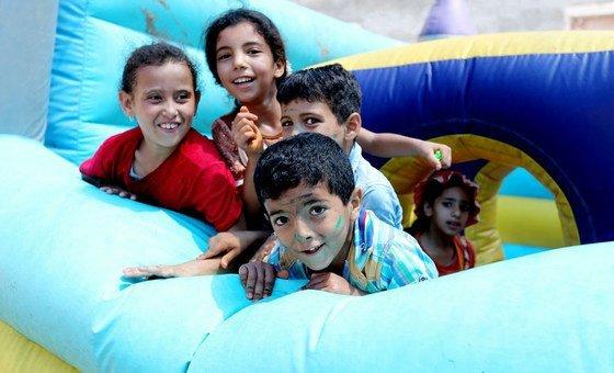 Grupo de crianças em campo de verão da Unrwa.