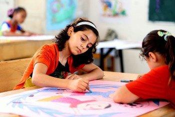 加沙地带中部代尔巴拉(Deir Al Balah)预备学校的女童。