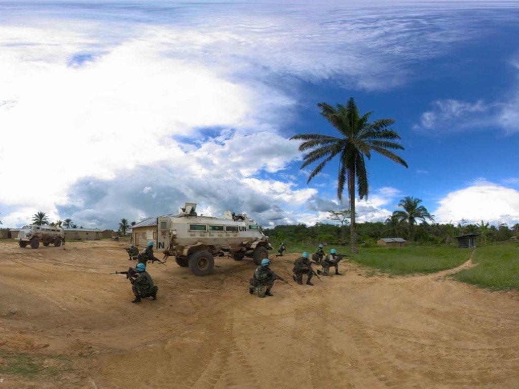 À Beni, en République démocratique du Congo, des Casques bleus du Malawi sécurisent un village local avant de partir en patrouille.