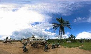 Em Beni, na RD Congo, soldados da paz do Malawi vigiam uma aldeia antes de entrar para fazer patrulha.