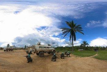 Mjini Beni, DRC walinda amani kutoka Malawi wakizingira kijiji kabla ya kushika doaria.