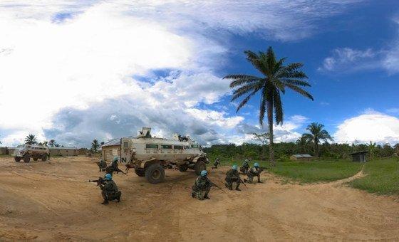 À Beni, en République démocratique du Congo, des Casques bleus du Malawi sécurisent un village local avant de partir en patrouille. Sept Casques bleus ont été tués dans une opération conjointe de la MONUSCO et des FARDC contre les ADF.