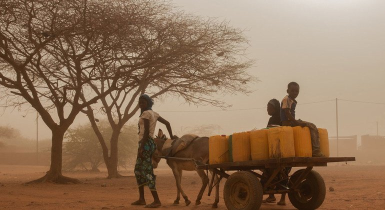 Una familia va en busca de agua en Burkina Faso, donde más de 950.000 personas padecen inseguridad alimentaria grave, especialmente en las regiones del norte afectadas por el conflicto.