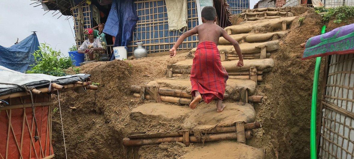 Строения в лагере беженцев-рохинджа, в основном, представляют собой сочетание глины и бамбука. Поэтому их сильно размывает в сезон муссонов.