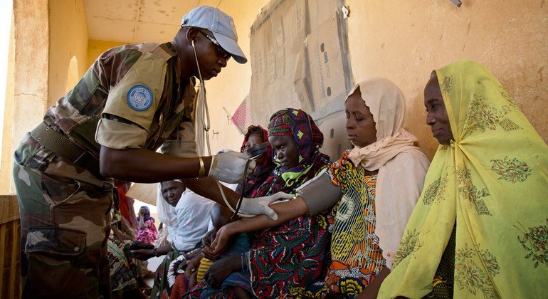 A medic from MINUSMA's Nigerien contingent provides free medical care in Gao.
