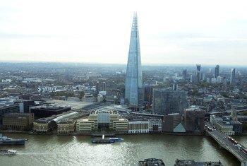 在泰晤士河便远眺伦敦碎片大厦(London Shard)的景色。