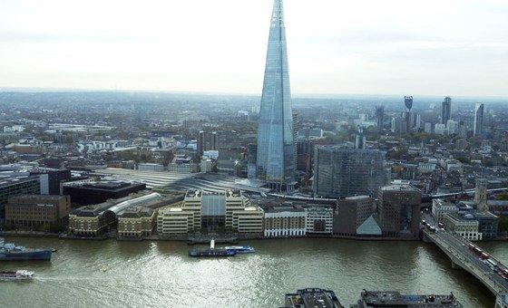 Vista de la torre Shard en Londres, desde el río Támesis