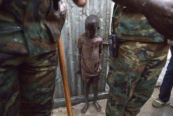 Un niño se esconde tras los cascos azules en un campamento cercado a la base de la Misión de las Naciones Unidas en Sudán del Sur.