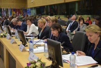 Rosemary DiCarlo (deuxième à partir de la droite), la Secrétaire générale adjointe de l'ONU aux affaires politiques, s'adresse au Forum du partenariat pour la Somalie, à Bruxelles, en Belgique.