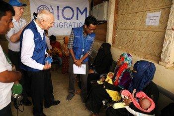 Le Directeur général de l'OIM, William Lacy Swing, rencontre des réfugiés rohingyas à Cox's Bazar, au Bangladesh.