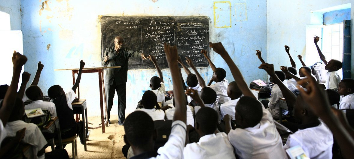 عبد الكريم إدريس أثناء إلقاء الدرس في أحد الفصول الدراسية في دارفور