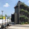 ONU Environment et le module de vie écologique de l'Université de Yale; une petite maison durable exposée au siège des Nations Unies à New York.