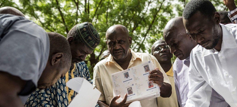 Fomu za kupigia kura zinasambazwa kwa ajili ya uchaguzi wa rais nchini Mali july 2018