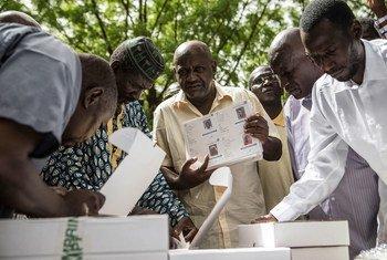 Малиец с карточкой избирателя накануне президентских выборов