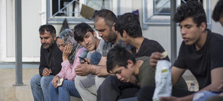مجموعة من اللاجئين السوريين عبروا نهر إفروس من تركيا ويعيشون حاليا في قاعدة عسكرية سابقة قرب سالونيك في اليونان
