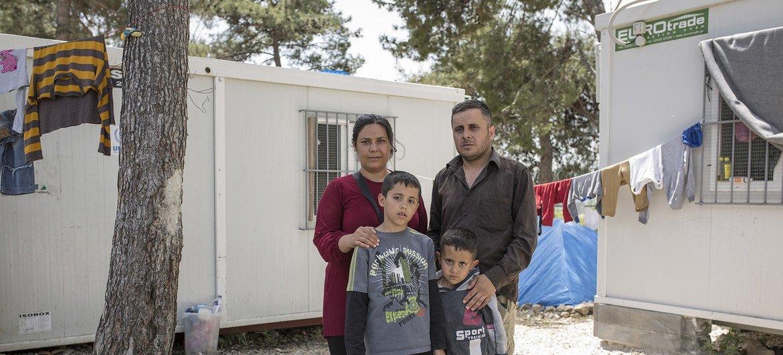 اللاجئ السوري محمود مصطفى عطار، من مدينة عفرين، عبر نهر إفروس مع عائلته قبل بضعة أشهر، ويعيش الان في قاعدة عسكرية سابقة قرب سالونيك في اليونان.