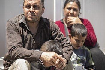 اللاجئ السوري محمود مصطفى عطارعبر نهر إفروس مع عائلته قبل بضعة أشهر ويعيش الان في قاعدة عسكرية سابقة قرب سالونيك في اليونان