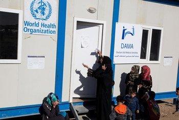 Mulheres e crianças recebem tratamento na clínica de Dama, no Iraque.