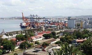 巴伊亚万圣湾的萨尔瓦多港在处理货船和游轮通过。