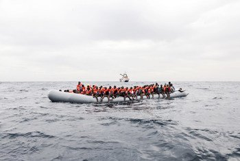Des demandeurs d'asile et des migrants à bord d'un canot dans les eaux internationales au large des côtes libyennes en novembre 2016.