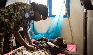 Mlinda amani wanayehudumu nchini Sudan Kusini akihudumia mwanamke mjamzito anayeugua malaria.Watoa huduma wakati mwingi ni walengwa wa mashamubulio