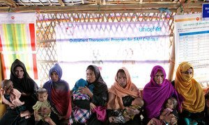 Wakina mama wakimbizi wa kabila la warohingya wakiwa na watoto wao wakisubiri watoto wao wachunguzwe katika kituo cha tiba huko Cox's Bazar nchini Bangladesh