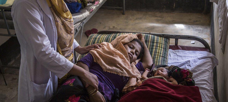 Акушерка помогает роженице из числа беженцев-рохинджа в Кокс-Базаре в Бангладеш.