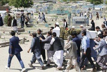 2018年6月在阿富汗喀布尔自杀袭击中丧生的平民的葬礼。联合国驻阿富汗特派团报告说,2018年上半年,阿富汗平民被交战各方杀害的人数创下历史新高。