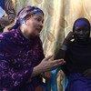 La Vice-Secrétaire générale des Nations Unies, Amina Mohammed (à gauche), rencontre Halima Yakoy Adam, qui a été utilisée comme kamikaze dans un attentat-suicide de Boko Haram au Tchad.