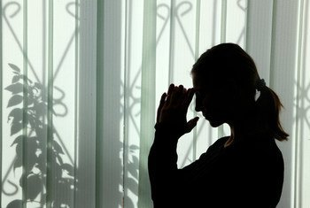 哈萨克斯坦阿拉木图,一名18岁的女孩在一家收容人口贩运和虐待儿童受害者的中心内。(2016年资料图片)