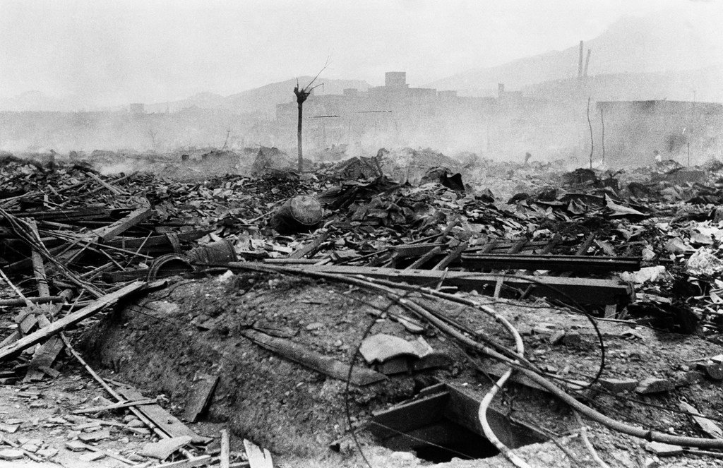 Mji wa Nagasaki ulivyobaki baada ya kudondoshwa bomu la Atomiki, hapo ni umbali wa mita 700 kutoka kitovu cha mlipuko, kama ulivyoonekana  tarehe 10 Agosti 1945.