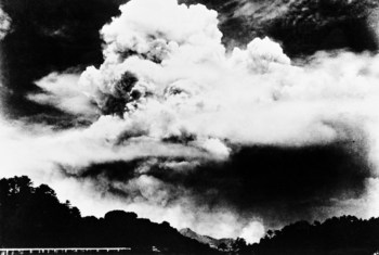 Takribani saa sita mchana ya tarehe 9 Agosti 1945, bomu la nyuklia liliangushwa na Marekani kwenye mji wa Nagasaki na wingu zito lilienea mjini humo, picha hii ilipigwa  umbali wa kilometa 3 kutoka kitovu cha bomu hilo.
