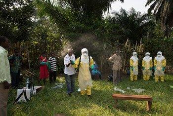 2018年6月,世卫组织合作伙伴红十字会的工作人员正在刚果民主共和国开展培训,指导百姓采取不会感染埃博拉病毒的安全埋葬方式。