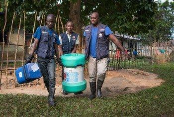 Miembros de un equipo de vacunación contra el ébola  de la OMS en el pueblo de Bosolo, República Democrática del Congo.