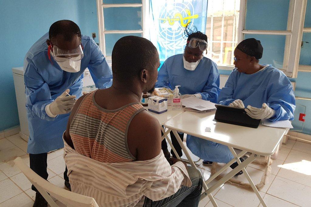 Un agent de santé dans un centre de santé de la ville de Mbandaka, en République démocratique du Congo, se fait vacciner contre le virus Ebola (archive : 16 juin 2018).