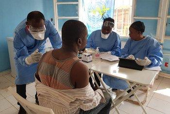 Jinsi chanjo ya ebola inavyopatiwa binadamu ili kumkinga na ugonjwa huo. Pichani ni wakati wa mlipuko huko Equateur ambapo Dkt. Alhassane Toure anampatia chanjo mhudumu wa afya katika kituo cha Mbandaka, nchini DRC