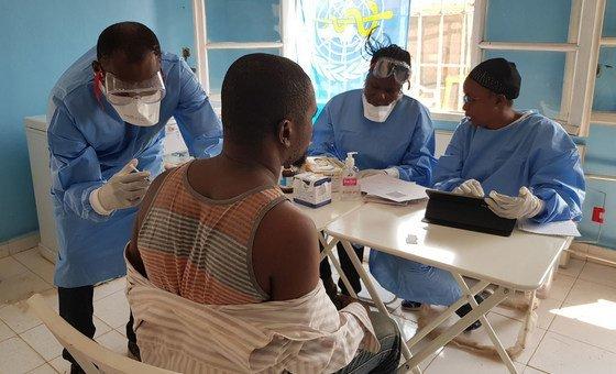 El doctor Alhassane Toure vacuna contra el ébola a un trabajador de la salud en un centro de Mbandaka, República Democrática del Congo (16 de junio de 2018)