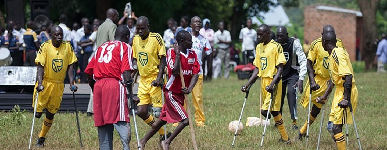 Pessoas com deficiência jogam futebol no distrito de Kayunga, no Uganda
