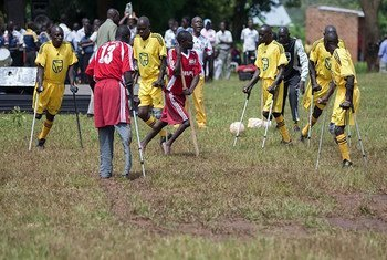مجموعة من الأشخاص ذوي الإعاقة يمارسون لعبة كرة القدم في منطقة كايونغا في أوغندا.