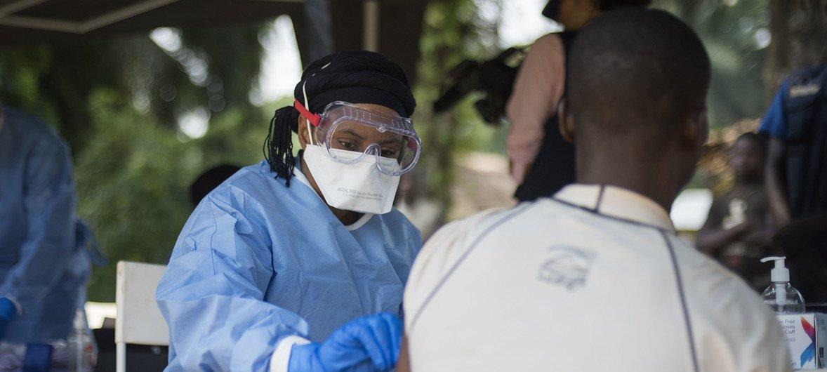 今年6月,世界卫生组织免疫团队的工作人员在刚果民主共和国西北部的村庄进行埃博拉病毒免疫工作。