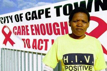 Gloria ambaye anaishi na virusi vya ukimwi katika vitongoji vya Khayelitsha mji wa Cape Town, Afrika Kusini ambako kampeni ya kuchagiza uelewa wa ukimwi ilifanyika mnamo Agosti 2007.