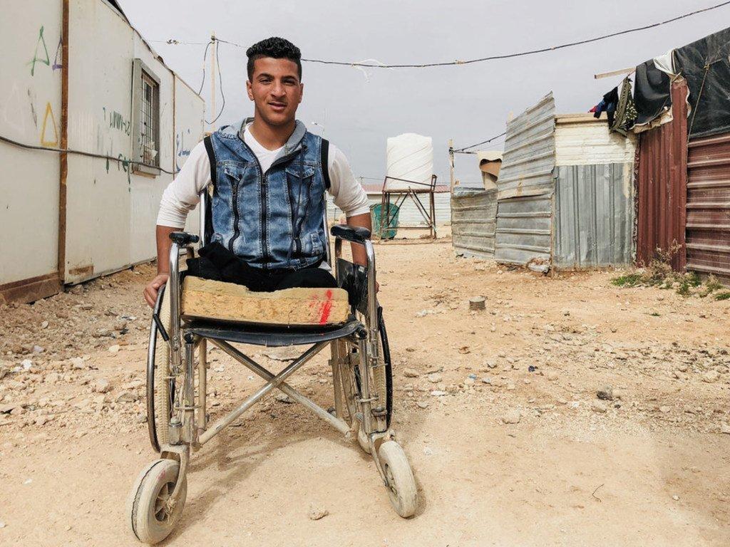 Sami qui a perdu ses jambes dans une explosion circule en chaise roulante dans le camp de réfugiés syriens de Za'atari.