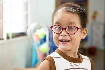 Dinh tiene cuatro años y asiste a una clase para niños parcialmente ciegos en la escuela Nguyen Dinh Chieu, en Da Nang, Vietnam.