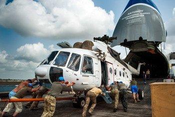 Le personnel de l'aviation ukrainienne déployé dans la Mission des Nations Unies au Libéria (MINUL) charge un hélicoptère dans un avion cargo à l'aéroport international Roberts le 13 février 2018. La MINUL s'est achevée le 30 mars 2018.