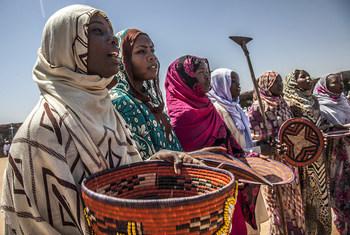 10月24日,达尔富尔北部阿布-肖克(Abu Shock)营地内的境内流离失所者庆祝联合国日。