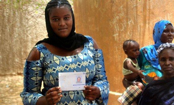 A l'approche des élections présidentielles du 29 juilllet, cette jeune malienne est allée va chercher sa nouvelle carte d'électeur dans une station électorale de Gao, dans le nord du pays.