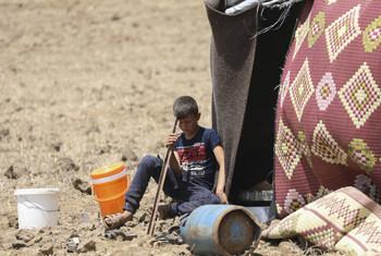 طفل نازح من القنيطرة في غرب جنوب سوريا يجلس أمام خيمة في مخيم قرب الجولان. (من الأرشيف)